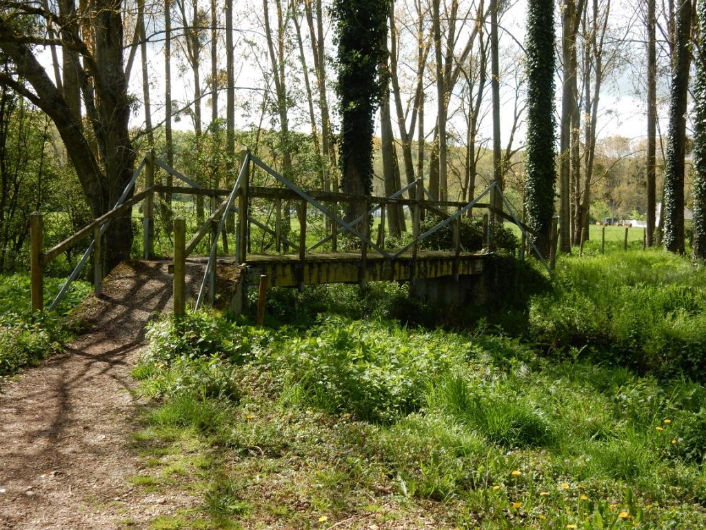 Petit pont de bois sur la Voie de Tours près de Morée